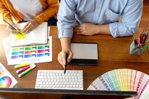 bovenaanzicht van grafisch ontwerpers aan het werk