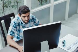 freelancer die vanuit huis werkt en de computer gebruikt