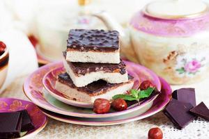 drie stukjes zandtaartcake met noten en chocolade foto