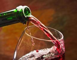 wijn giet in het glas foto