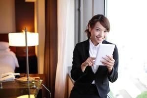 jonge zakenvrouw met behulp van tablet pc foto