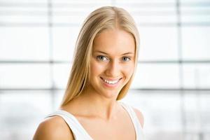 mooie blonde vrouw foto