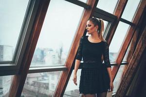jonge vrouw kijkt door een raam