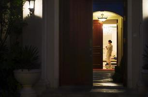 jonge vrouw stond in de buurt van de deur foto
