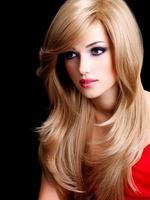 portret van een mooie jonge vrouw met lange witte haren