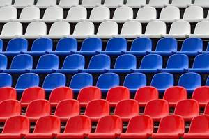stoelen in de kleuren van de russische vlag foto