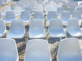 stoelen in de buitenlucht