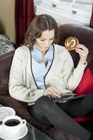 vrouw met behulp van een elektronische tablet foto