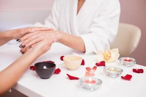 peeling procedure voor huid in schoonheidssalon foto