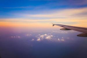 vliegtuig in de lucht bij zonsopgang foto