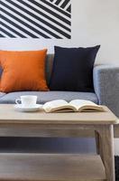 woonkamer met koffieboek en tafel