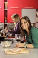 jonge vrouwen in de keuken foto