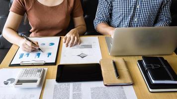 zakenpartners die een project bespreken