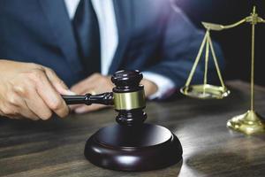 advocaat maakt gebruik van houten hamer foto