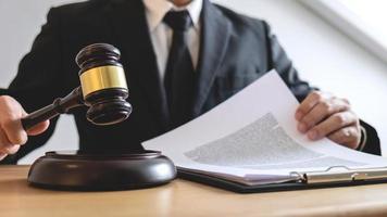 advocaat die aan een document werkt foto