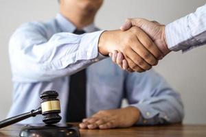 handdruk na overleg tussen een mannelijke advocaat en cliënt