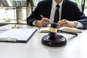 advocaat bezig met documenten en rapporten foto
