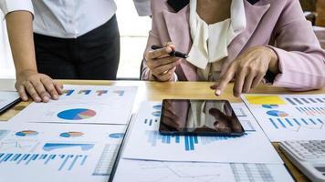 zakenpartners werken aan presentatieproject
