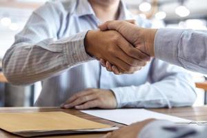 handdruk van twee zakenpartners foto