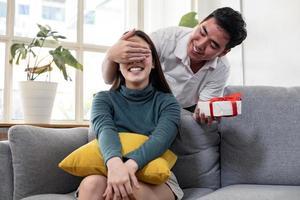 man verrast zijn vriendin met een cadeau