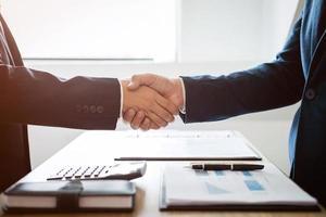 handdruk van twee zakenmensen foto