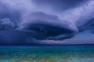 donkere, gedimde wolk aan de hemel foto