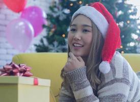 vrouw met kerstcadeau foto