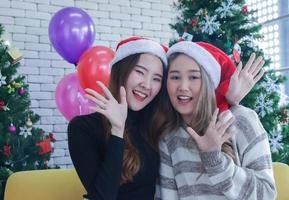 vrouwen poseren voor kerstfoto foto