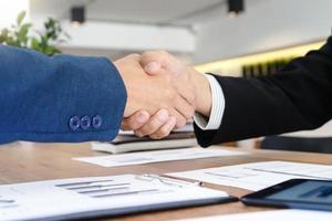 zakenman handen schudden in vergadering foto