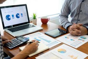professionals in vergadering bespreken grafieken