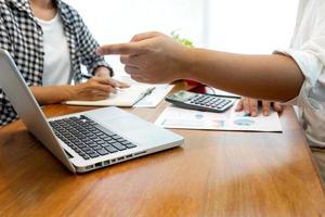 financieel adviseur die met een klant werkt