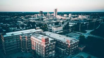luchtfoto van betonnen gebouwen