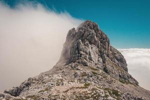 grijze rotsachtige berg foto