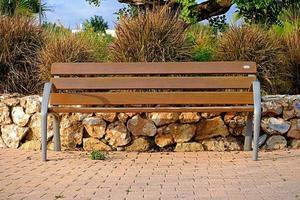 houten bankje in het park foto