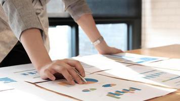 bedrijfspersoon met grafieken