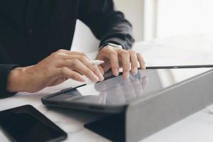 close-up van een professional die aan een tablet werkt