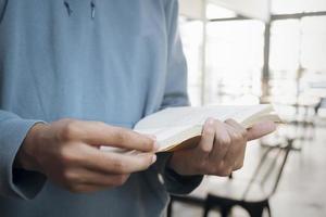 close-up van een man die een boek leest