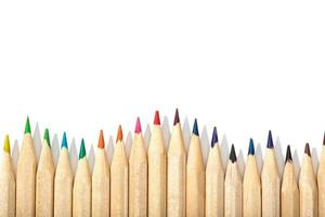 rand van kleurpotloden op een witte achtergrond