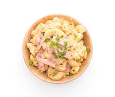 bovenaanzicht van macaroni en hamschotel