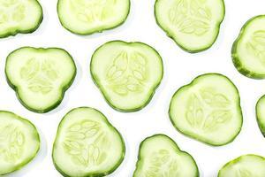 plakjes komkommer op witte achtergrond