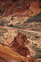 rode steenformaties in het tsingy rouge-reservaat foto