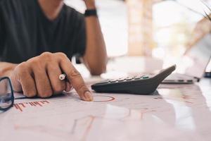 accountant met behulp van een rekenmachine
