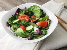 zijaanzicht van salade foto