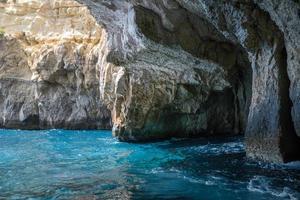 rotsachtige grotten bij de zee