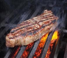 gegrild vlees op open vuur foto