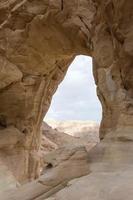 zandstenen boog in de woestijn foto