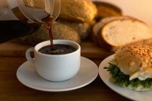 zwarte koffie bijvullen foto