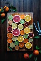 citrus op snijplank foto