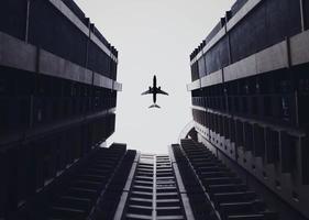 lage hoekfoto van vliegtuig en gebouwen