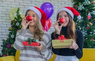 twee vrouwen die kerstmis vieren foto
